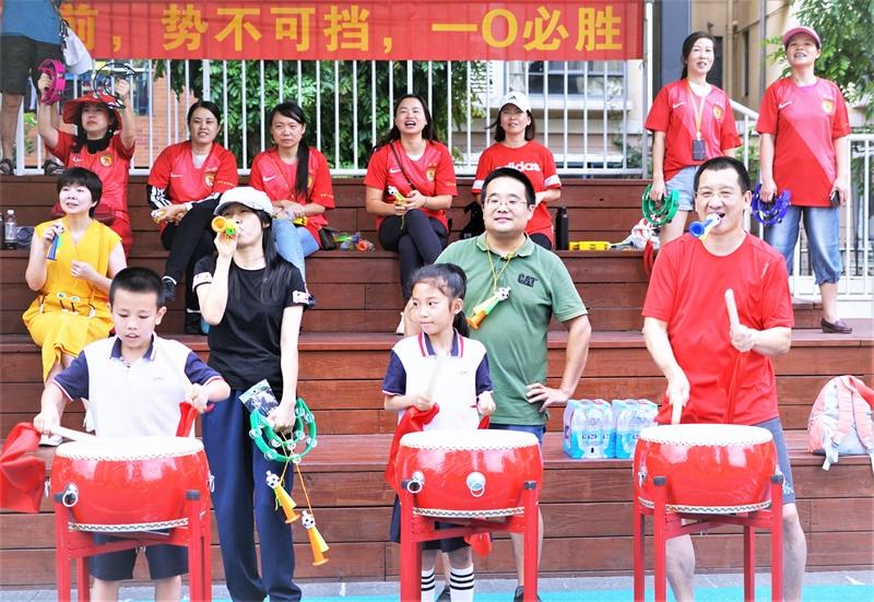 08体育部:家长为学生足球联赛助威.jpg